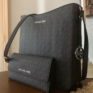 Beautiful MK Crossbody and matching wallet 🖤